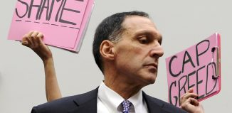 Protesters hold signs behind Richard Fuld, chairman and chief executive of Lehman Brothers Holdings. Image: REUTERS/Jonathan Ernst